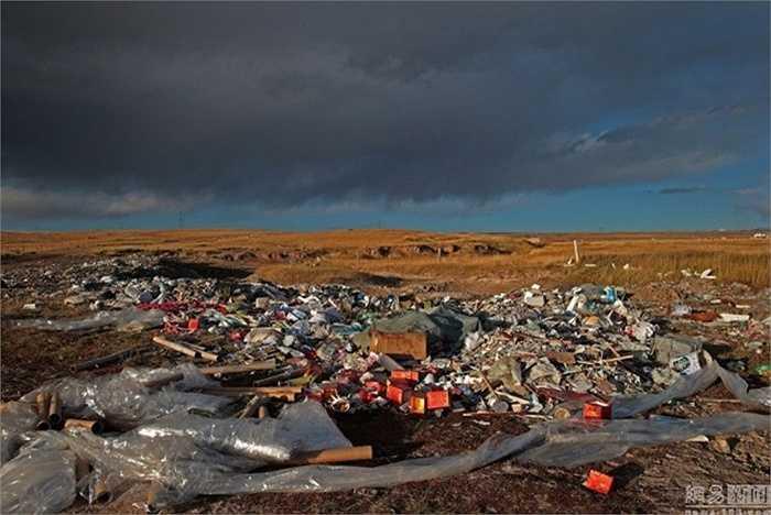 Nhưng ý thức kém của nhiều người khiến hồ biến thành bãi rác