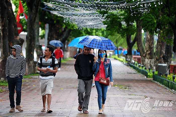 Từ chiều 9/10, do ảnh hưởng của đợt không khí lạnh tăng cường khiến nền nhiệt ở nhiều khu vực của Thủ đô đã hạ xuống mức 20 độ C. Đến tối, nhiệt độ hạ thấp hơn kèm theo cơn mưa rét khiến thời tiết Hà Nội chuyển lạnh rõ rệt.
