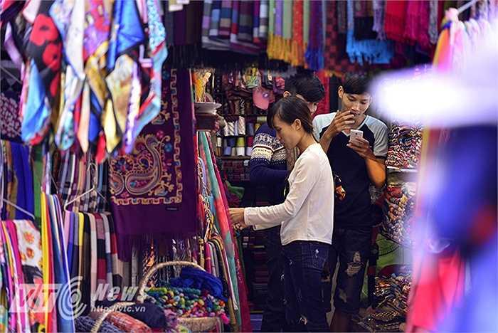 Những cửa hàng bán len trên phố Đinh Liệt ngày ngày cũng đã bắt đầu tấp nập khách mua. (Ảnh: Việt Linh)
