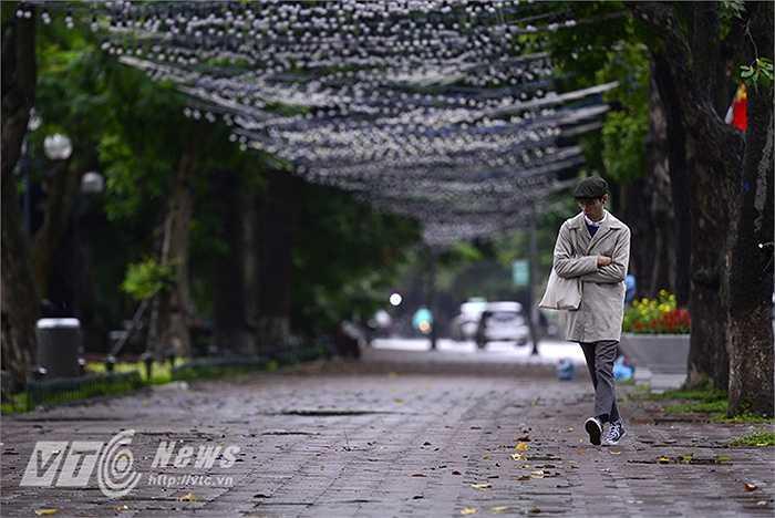 Trời mưa lạnh kéo dài từ đêm (9/10) đến trưa nay (10/10). Nhiệt độ ban ngày ở Hà Nội có lúc chỉ 19,5 độ C.