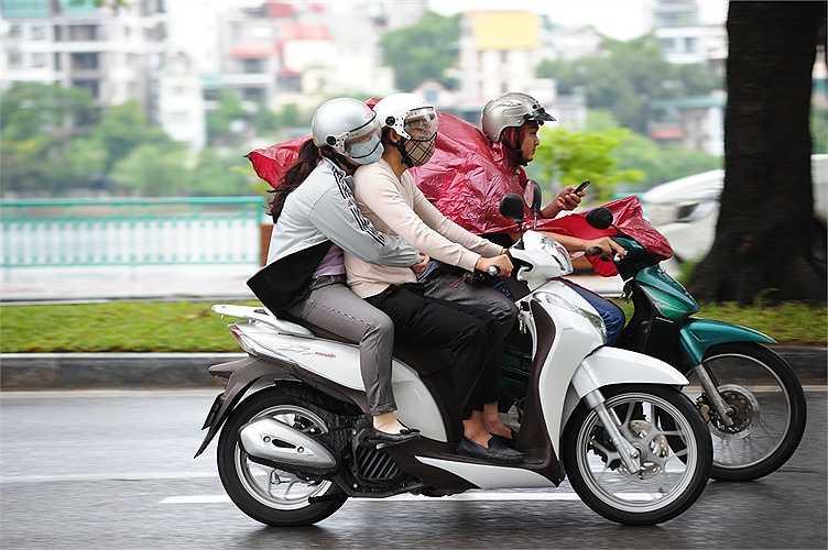 Nhiều người phải mặc thêm áo ấm khi ra đường.
