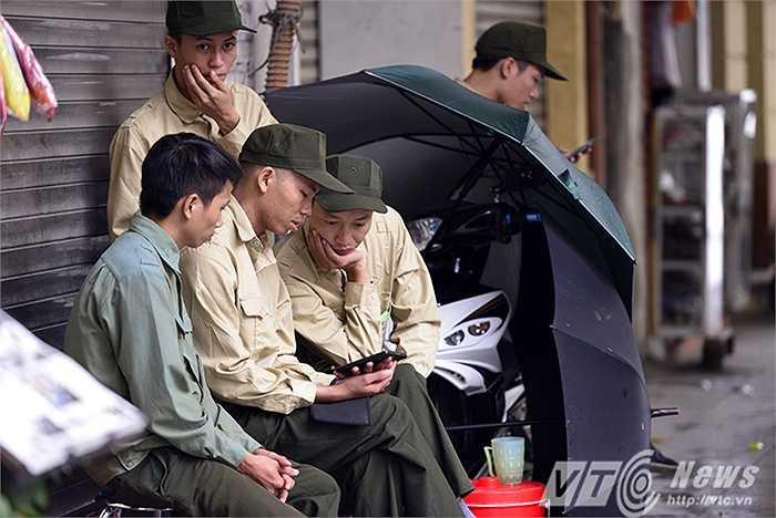 Nhóm bảo vệ của một cửa hàng trên phố Tràng Tiền co ro bên ấm trà nóng.