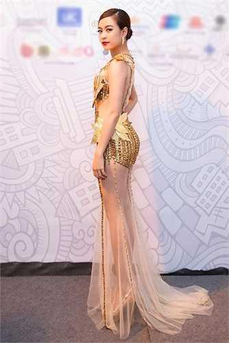Hoàng Thùy Linh gây chú ý với bộ váy xuyên thấu, được dát vàng trong sự kiện tối 8.10 mới đây.