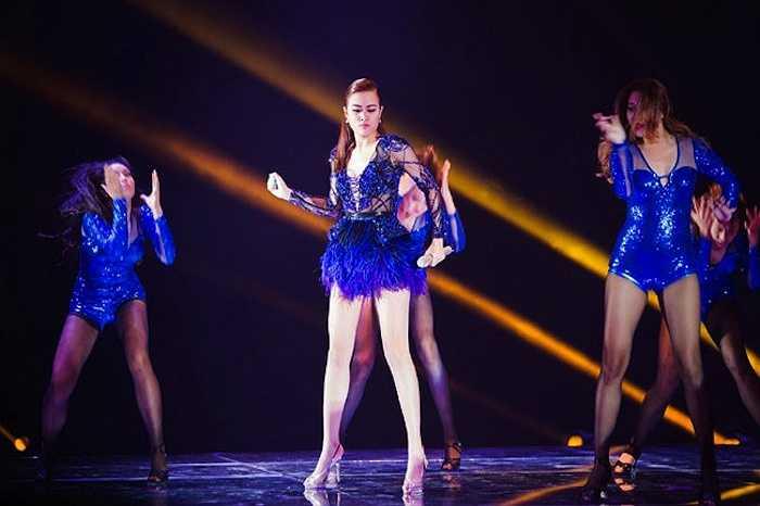 Nữ ca sỹ 'Just You' là một trong những tín đồ ưa chuộng mốt xuyên thấu trên sân khấu.