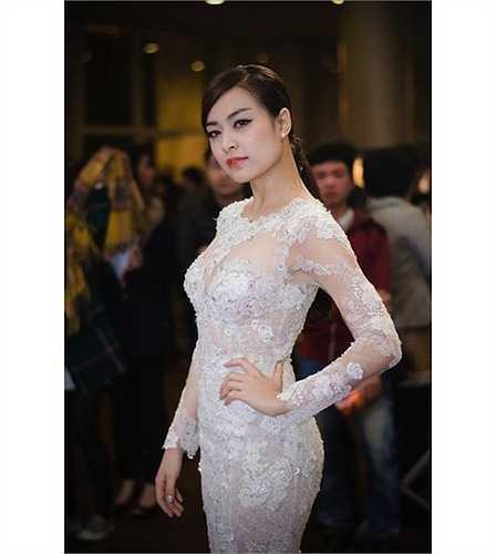 Khi đi dự sự kiện lớn như lễ trao giải Cánh diều vàng 2014, Hoàng Thùy Linh cũng chọn kiểu váy trong suốt.