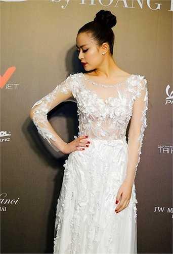 Màu trắng và kiểu váy ren xuyên thấu tạo nên nét đẹp gợi cảm cho Hoàng Thùy Linh.