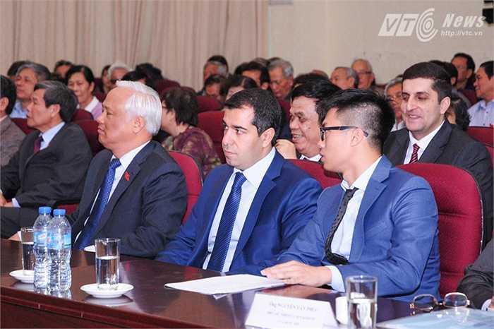Phó Chủ tịch Quốc hội Uông Chu Lưu (ngoài cùng bên trái) ngồi cạnh Đại sứ Azerbaijan tại Việt Nam Anar Imanov trong Đại hội thành lập Hội hữu nghị Việt Nam - Azerbaijan sáng 10/10