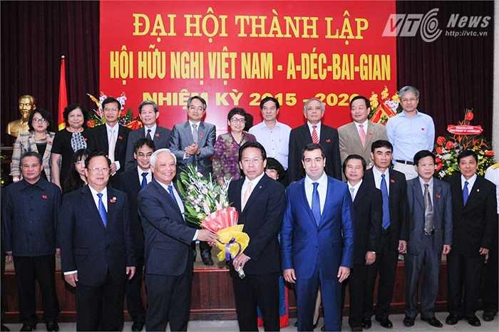 Ông Uông Chu Lưu trao hoa cho Chủ tịch đầu tiên của Hội hữu nghị Việt Nam - Azerbaijan, đồng chí Nghiêm Vũ Khải