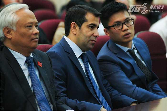 Đại sứ Azerbaijan Anar Imanov chăm chú theo dõi các phát biểu trong đại hội