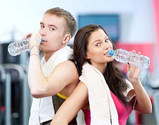 Khí hậu và tập thể dục: Hãy chịu khó nước uống đặc biệt nếu bạn sống ở một nơi nóng hoặc nếu bạn có thói quen tập thể dục.