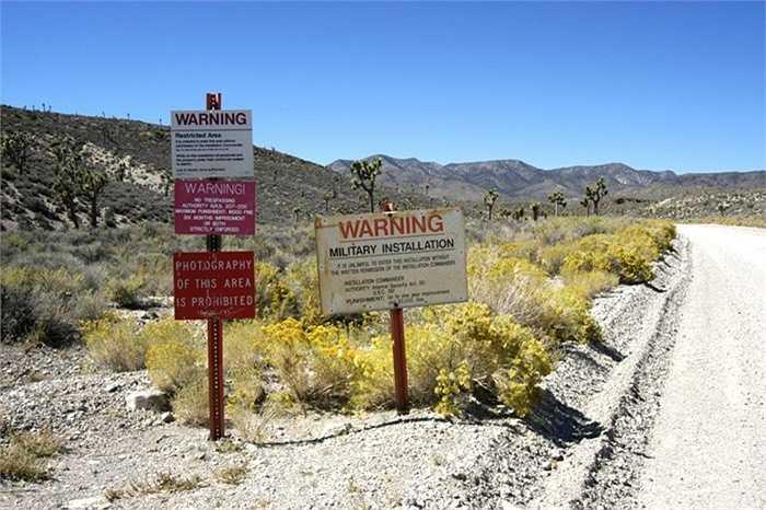Khu vực 51, Nevada. Đây từng là một khu vực biệt lập, một căn cứ quân sự của Mỹ và từng nghiên cứu các mẫu vật từ thị trấn Roswell.Nhiều lần người ta khẳng định đã nhìn thấy UFO tại đây và việc này kéo dài đã hàng thập kỷ qua