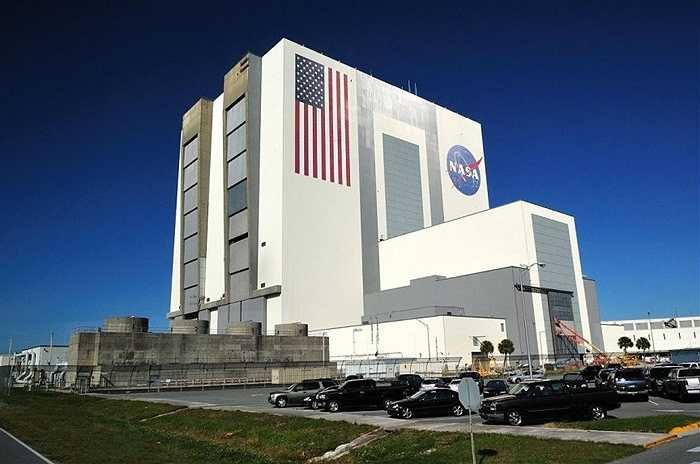 Trung tâm vũ trụ Kennedy, Florida. Đây là trung tâm phóng các tàu vũ trụ của NASA. Nhiều cựu nhân viên cho biết có nhiều bí mật mà dư luận không thể biết được về người ngoài hành tinh mà NASA đang nắm giữ. Vì vậy, đây được coi là địa điểm chôn giữ rất nhiều điều cần tìm hiểu về UFO