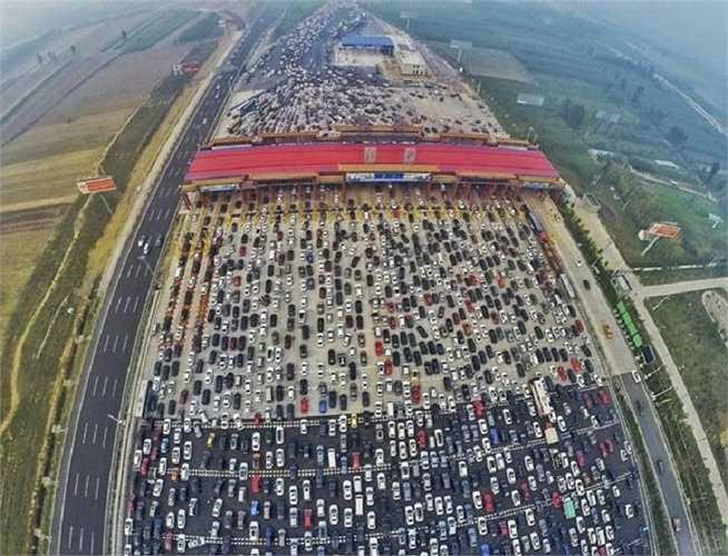 Hàng nghìn chiếc xe ô tô kẹt cứng trên các làn đường cao tốc hướng về Bắc Kinh, Trung Quốc sau đợt nghỉ lễ Quốc khánh kéo dài nhiều ngày