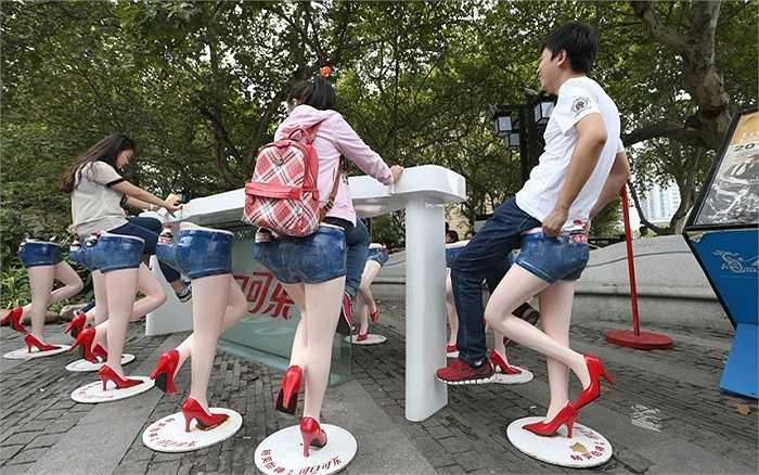 Ghế ngồi 'chân dài' trên một con phố ở thành phố Nam Kinh, Trung Quốc