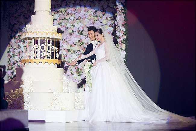 'Đám cưới thế kỷ' của cặp đôi 'tiên đồng ngọc nữ' Huỳnh Hiểu Minh - Angelababy đã long trọng diễn ra tối qua 8/10 tại Trung tâm Triển lãm Thượng Hải, Trung Quốc với sự góp mặt của 2.000 khách mời là những người nổi tiếng trong Cbiz, được 200 vệ sĩ bảo vệ an ninh nghiêm ngặt.
