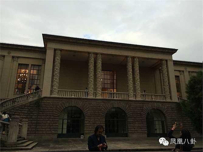 Angelababy và Huỳnh Hiểu Minh đặt 200 phòng cho khách mời tạm trú tại những khách sạn 5 sao như Ritz-Carlton Thượng Hải, Bốn mùa hay Shangrila, gần kề nơi diễn ra địa điểm cưới là Trung tâm Triển lãm Thượng Hải.