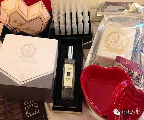 Khi tiệc cưới kết thúc, Huỳnh Hiểu Minh và Angelababy còn tặng khách mời mỗi người một món quà là túi đồ lưu niệm bao gồm nước rửa tay, nước hoa, bánh chocolate cùng một dây chuyền đeo cổ. Chi phí cho phần quà chưa được thống kê.
