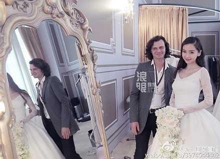 Hoa cưới của cô dâu Angelababy được đặt từ nghệ sĩ cắm hoa nghệ thuật người Pháp Eric Chauvin. Ông đã bay đến Bắc Kinh 2 lần để trò chuyện cùng cô dâu và thiết kế hoa cưới theo sở thích và phù hợp với bộ váy cưới thướt tha của Dior.
