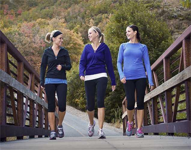 Đi bộ: Đi bộ tối thiểu nửa giờ mỗi ngày sẽ giúp sự tăng trao đổi chất. Khi chúng ta già đi, sự trao đổi chất trở nên chậm chạp. Đi bộ là phương pháp tăng cường trao đổi chất rất tốt.