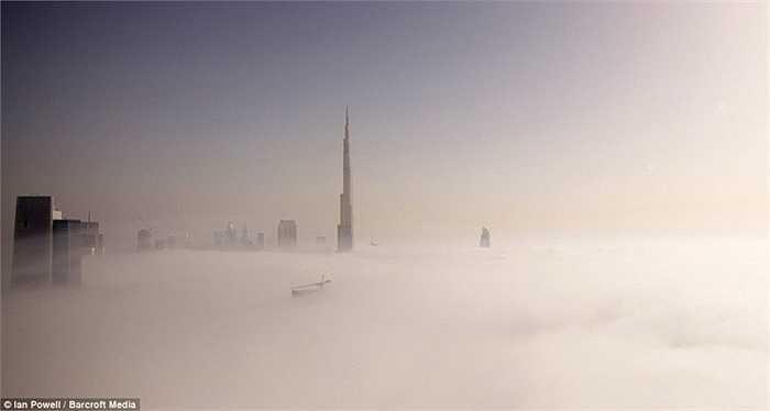 Burj Khalifa ẩn hiện xa xa trong những đám mây ở góc chụp trên cao hàng trăm mét. Bức ảnh do Ian Powell, đến từ Brighton (Anh) chụp lại