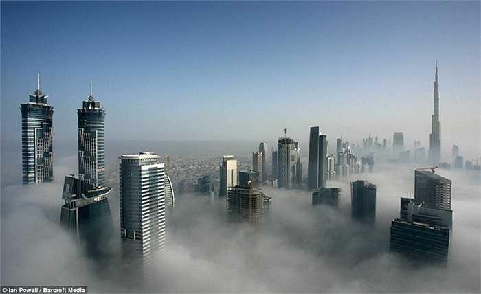 Các cao ốc nằm bên nhau giữa những đám mây dày đặc