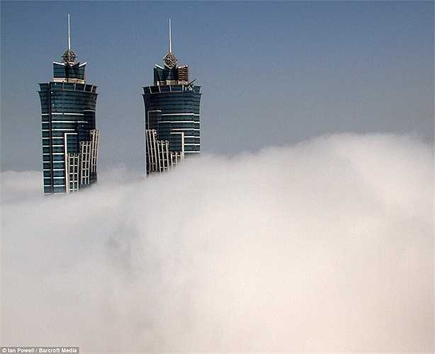 Dubai có 2 đợt sương mù mỗi năm. Sương mù bao phủ khắp nơi tạo nên không gian ấn tượng và mờ ảo khác biệt