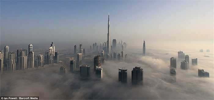 Các tòa nhà vươn mình lên cao, xuyên qua lớp mây bao trùm khắp nơi. Các tòa cao ốc, chung cư, khách sạn tầm cỡ ở Dubai đều cao tới hàng trăm tầng, do đó khi bình mình hoặc chiều tà, đều xuyên qua mây