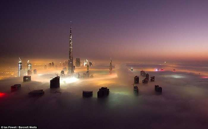 Ban đêm dưới những đám mây là ánh đèn đủ màu sắc tạo nên không gian ấn tượng. Những ánh sáng này xuyên qua màn mây còn tạo nên bức tranh huyền ảo