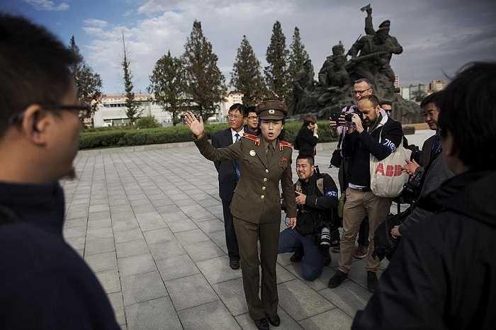 Một nữ binh sĩ Triều Tiên nói chuyện với các phóng viên nước ngoài trong chuyến thăm Bảo tàng Chiến tranh Giải phóng Tổ quốc ở thủ đô Bình Nhưỡng