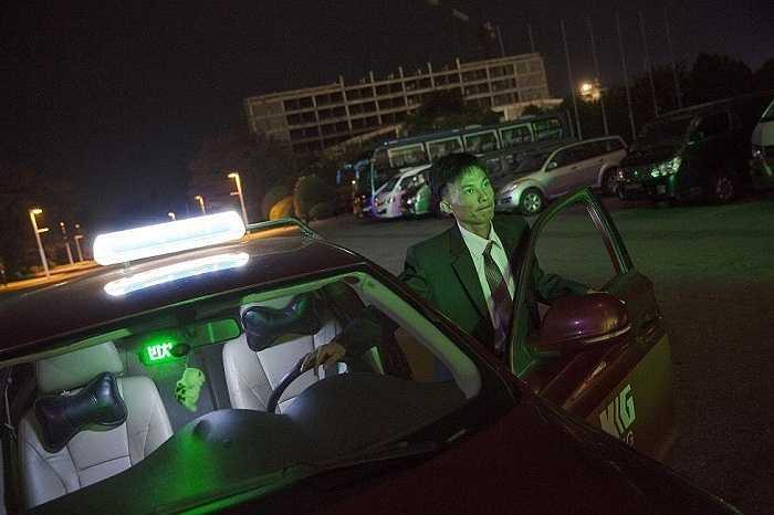 Lái xe taxi đưa khách đến khách sạn ở trung tâm thủ đô Bình Nhưỡng