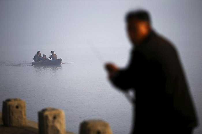 Một người đàn ông Triều Tiên câu cá trên sông Taedong ở Bình Nhưỡng ngày 8/10