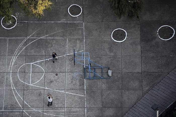 Hai người chơi bóng rổ