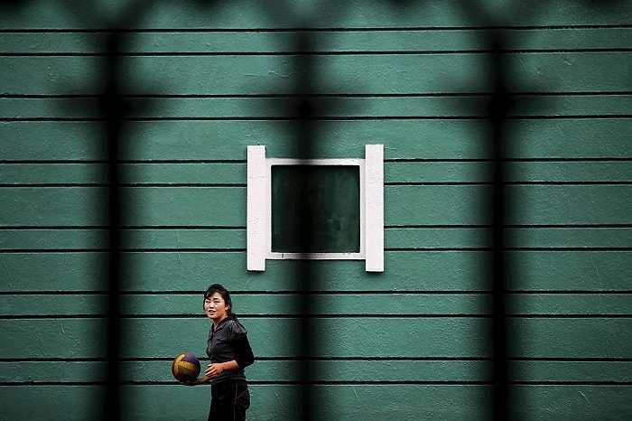 Một cô gái Triều Tiên chơi bóng chuyền