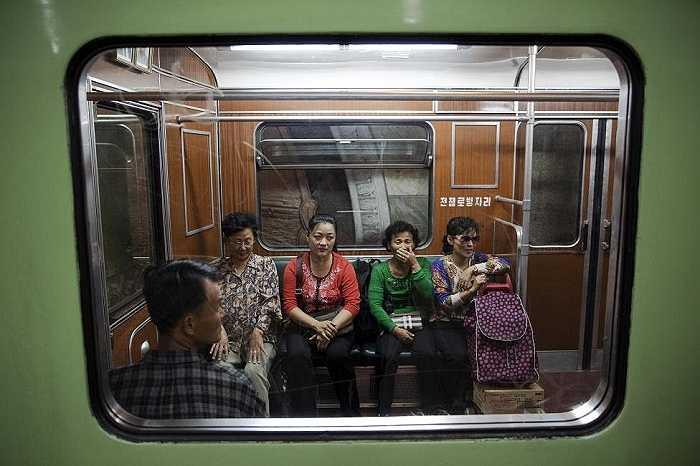 Hành khách trên chuyến tàu. Những hình ảnh do phóng viên ghi lại trong chuyến thăm Triều Tiên
