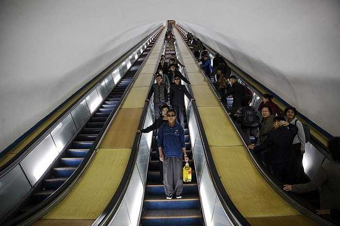Người dân Triều Tiên di chuyển trên thang cuốn trong ga tàu điện ngầm
