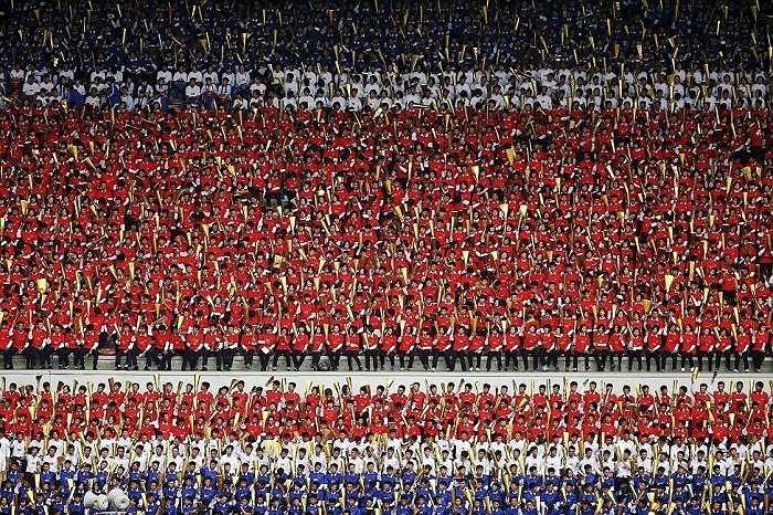Cổ động viên Triều Tiên mặc áo màu cờ cổ vũ cho đội tuyển quốc gia trong trận đấu với đội tuyển Philippines tại sân vận động Kim Nhật Thành