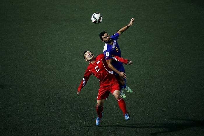 Một pha bóng giữa hai cầu thủ Triều Tiên và Philippines
