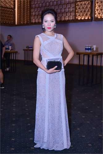 Elle Fashion Show 2015 đã diễn ra thu hút sự chú ý của đông đảo giới mộ đạo Việt. Ca sỹ Phương Linh diện đầm trắng xuyên thấu.