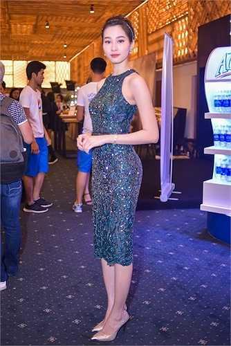 Đặng Thu Thảo chọn chiếc đầm màu xanh rêu, chất liệu lấp lánh và trang điểm tự nhiên, giúp nổi bật làn da trắng và vẻ đẹp trong sáng. Kiểu dáng ôm sát giúp cô khoe được những đường cong nóng bỏng.