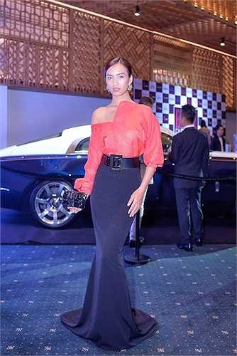 Ca sỹ Ái Phương bất ngờ xuất hiện với hình ảnh đẹp hơn rất nhiều so với các sự kiện gần đây khi diện váy áo của NTK Kim Khanh cùng clutch và giày Christian Louboutin.