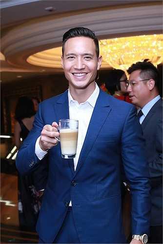 Xuất hiện tại sự kiện ra mắt một dòng sản phẩm gia dụng, Kim Lý thu hút sự chú ý của các khách mời có mặt tại buổi tiệc bằng vẻ điển trai, lịch lãm.