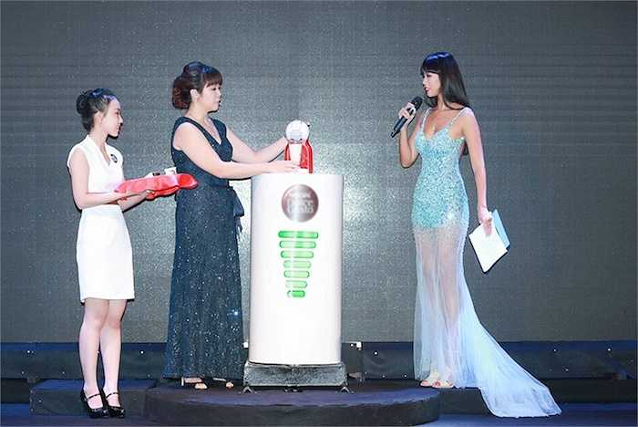 Hà Anh giữ vai trò MC của sự kiện. Cô khoe đôi chân dài trong chiếc váy đuôi cá tông xanh.