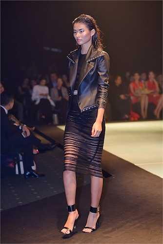 Lê Thanh Hòa còn tạo nên dấu ấn tại Elle Fashion Journey lần này khi tự đầu tư sản xuất giày dép, túi xách để thống nhất tinh thần của bộ sưu tập. Tương tự như các thiết kế, phụ kiện đều được anh 'bóng đêm hóa' với đinh tán, kim loại hoàn toàn được đính thủ công.