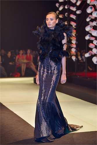 Không hoa, không organza bồng bềnh, không có thiết kế New Look hay dạ hội đã làm nên tên tuổi Lê Thanh Hòa trong thời trang, 20 mẫu thiết kế vừa ra mắt mang theo hơi thở, tinh thần thời trang mới của anh: mạnh mẽ, cá tính đậm nét nữ quyền.