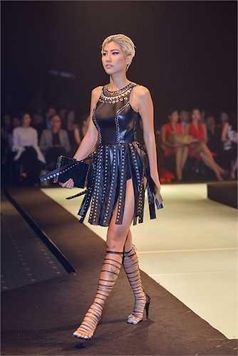 Nhưng đến ánh nhìn thứ hai, 'Nữ chiến binh bóng đêm – Back to Black' thuyết phục giới chuyên môn ngớt bởi cách xử lý thông minh, đậm nét Haute Couture của Lê Thanh Hòa. Các chất liệu, chi tiết đính đều được anh cất công mang phần lớn từ Mỹ về.