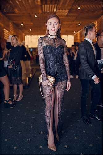 Thu Thuỷ đã xuất hiện trên thảm đỏ của chương trình Elle Fashion Show 2015 TPHCM với bộ trang phục đen bí ẩn những vẫn vô cùng hấp dẫn.