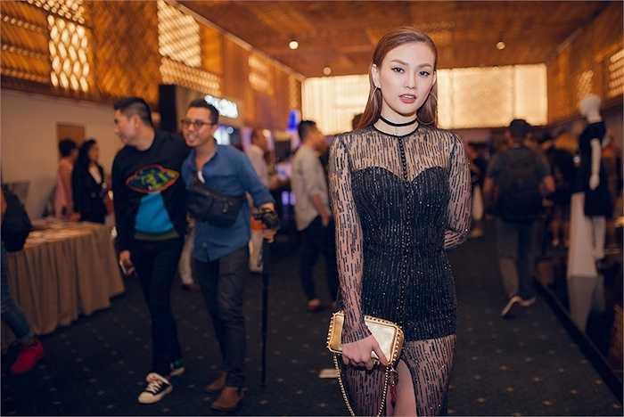 Để thêm phần thu hút khi tham gia sự kiện thời trang quy tụ nhiều mỹ nhân như Elle Fashion Show, Thu Thủy còn khéo léo kết hợp giày, clutch vàng đồng khá bắt mắt & nổi bật.