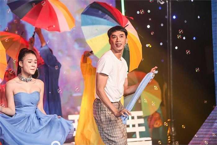 Ngoài ra nam giám khảo còn vô cùng phấn khích khi chứng kiến tận mắt màn 'kéo quần tới nách' của Thuận Nguyễn.
