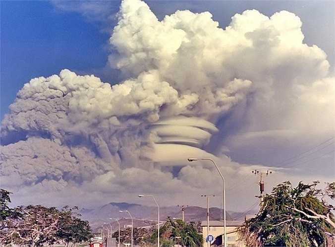 Đỉnh Pinatubo phun trào. Trước năm 1991, không nhiều người biết đến đỉnh Pinatubo. Tuy nhiên, sau đó mọi người đã luôn được nhắc nhở về một thảm họa của đỉnh núi ở Philippines này với 850 người chết cùng hậu quả là nhiệt độ toàn cầu giảm 0,5 độ C