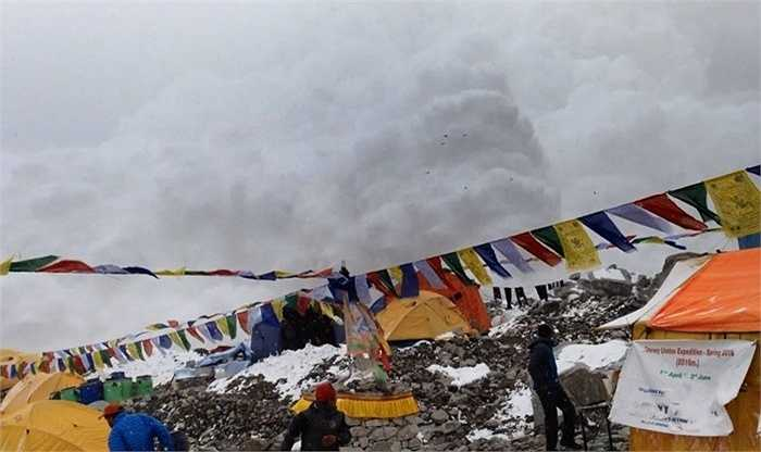 Cuộc hỗn loạn trên đỉnh núi Everest, 2015. Sau khi trận động đất lịch sử ở Nepal xảy ra, đỉnh núi Everest cũng không nằm ngoài tầm ảnh hưởng. Một cuộc hỗn loạn sau động đất đã xảy ra khiến 21 người chết và Chính quyền buộc phải đóng cửa đỉnh núi này lần đầu tiên trong vòng 41 năm